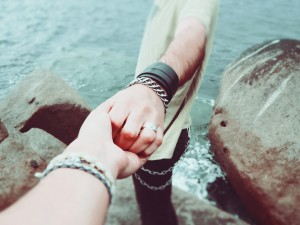 holding-hands-924942_1920